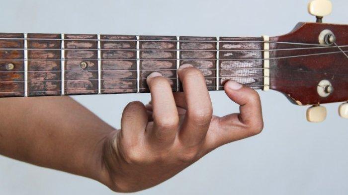 Chord Gitar Lagu Dada Sayang – Safira Inema: Yowis Dada Sayang, Dewe Wes Ra Dadi Siji